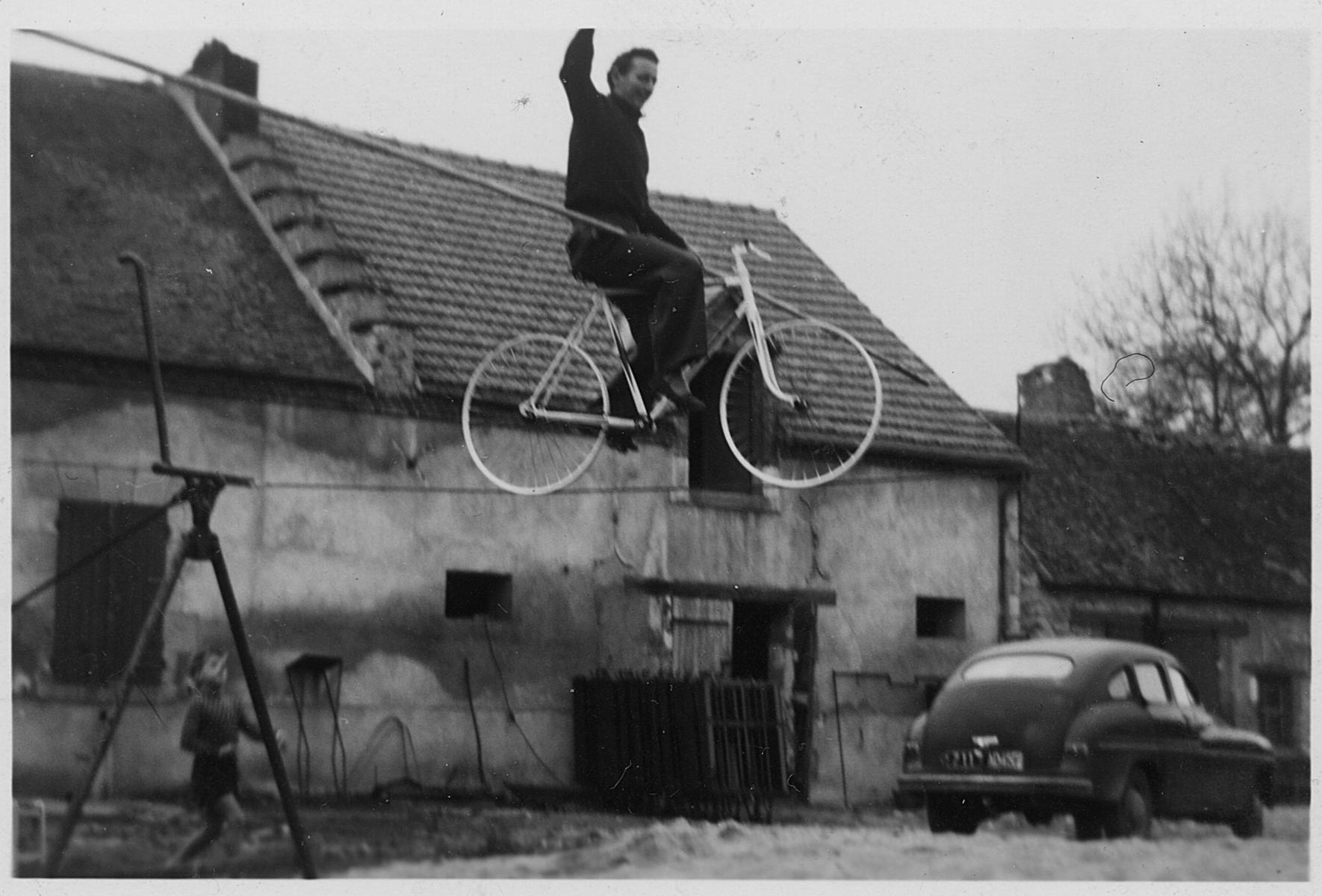 Papa-sur-le-fil-avec-le-vélo-Kiki-en-Bas-Ferme-GC